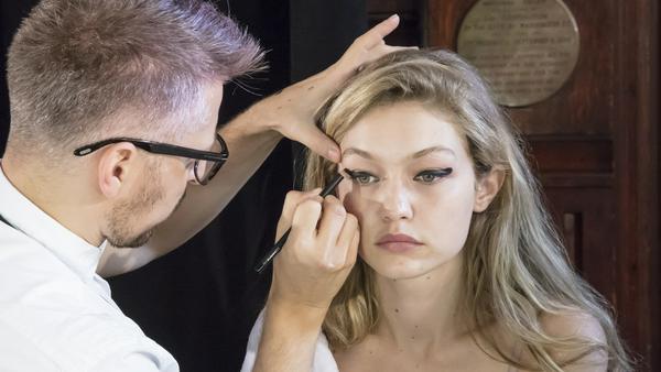 Gigi Hadod trägt den Eyeliner schon im Thumbprint-Style