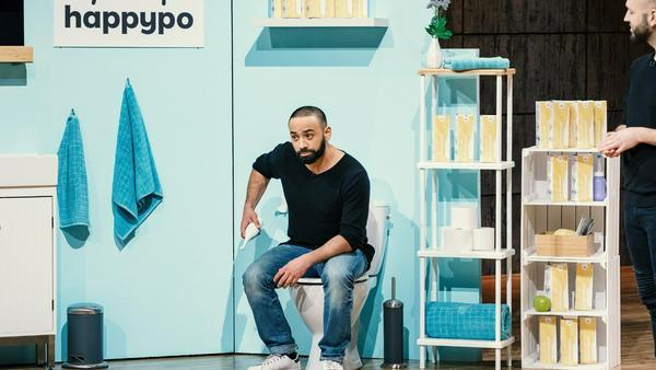 """Gründer Oliver Elsoud demonstriert eine Trockenübung mit """"HappyPo"""""""
