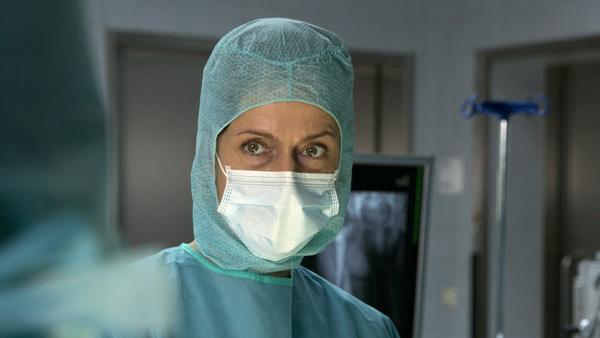 """Götter in Weiß"": Dr. Anna Hellberg (Claudia Michelsen) im Operationsaal"
