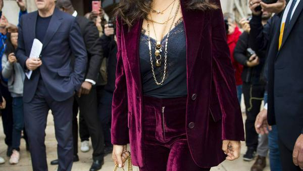 Ein Long Blazer, wie ihn hier Hollywood-Star Salma Hayek trägt, kaschiert Hüftspeck ideal
