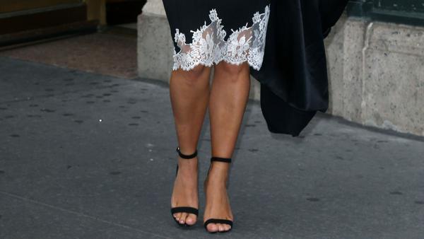 Kim Kardashian West streckt ihre Silhouette mit filigranen Sandalen. Die Knöchelriemen betonen ihre schmalen Fesseln.
