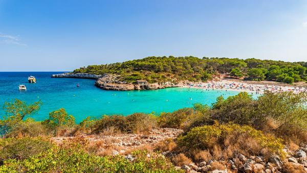 Traumhaft, aber zur Hochsaison alptraumhaft überlaufen: Die Bucht S'Amarador bei Santanyi auf Mallorca
