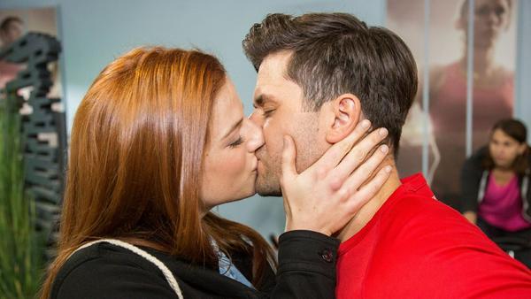 """""""Unter uns"""": Elli (Nora Koppen) küsst Paco (Milos Vukovic)"""