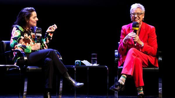 Kuratorin Doris Dörrie (r.) im Gespräch mit Schriftstellerin Ariel Levy aus New York