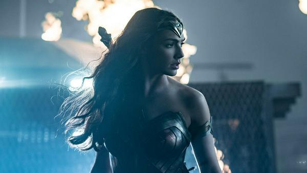 Als kampferprobte Amazone hat Wonder Woman zumindest in den Comics auch schon gegen die Nazis gekämpft, ähnlich wie Captain America von Marvel