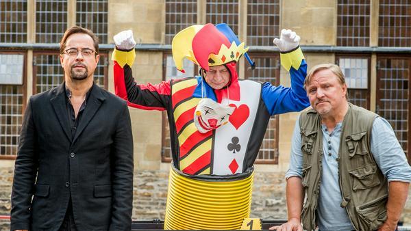 Die Skulptur vor dem Rathaus entpuppt sich als Leiche: Ein Fall für Kommissar Frank Thiel (Axel Prahl, r.) und Prof. Karl-Friedrich Boerne (Jan Josef Liefers, l.)