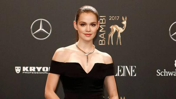 Emilia Schüle bei der Bambi-Verleihung 2017 in einem Kleid des Londoner Modelabels Galvan