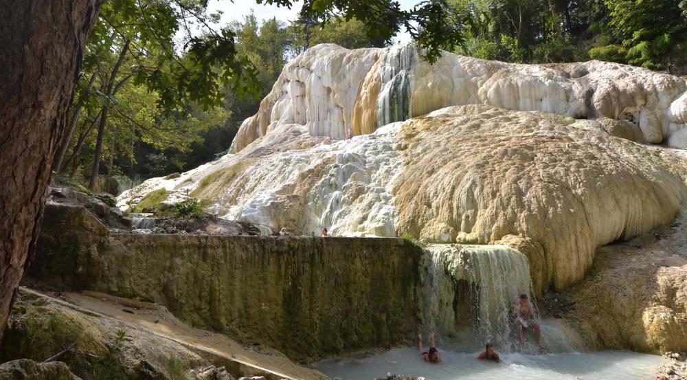 Für kleines Geld können sich Urlauber in Bagni San Filippo im Schlamm wälzen