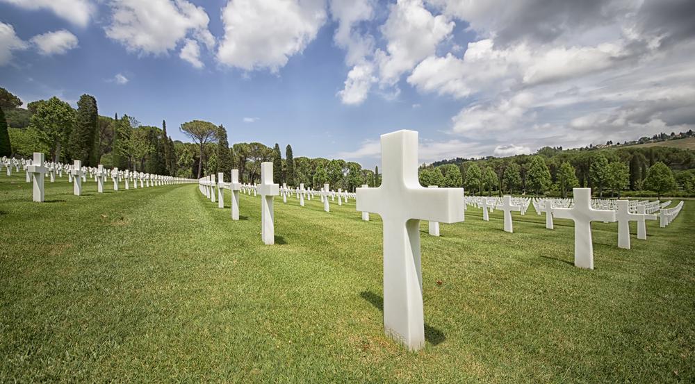 Tausende weiße Kreuze erinnern an die gefallenen Soldaten im Zweiten Weltkrieg