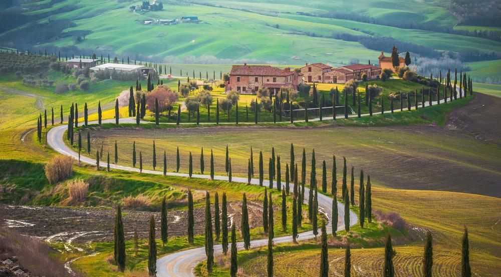 Enge Straßen, die sich an kleinen Dörfern vorbeischlängelt: das ist die Toskana
