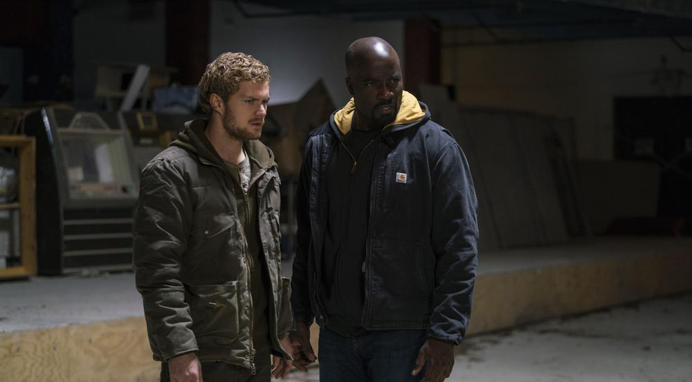 "Finn Jones (l.) und Mike Colter in ""Marvel's The Defenders"""