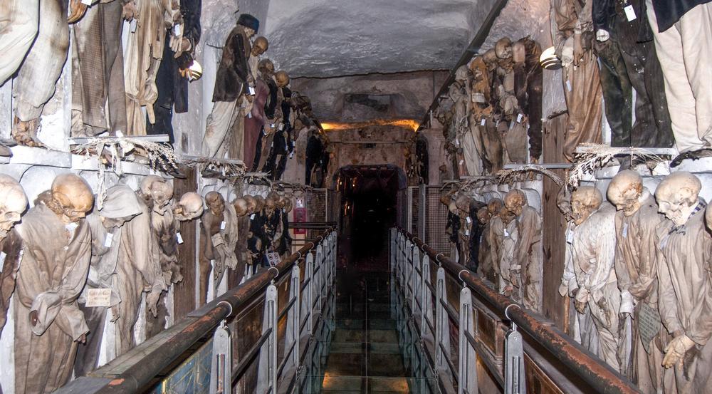 Die Gruft unter dem Kapuzinerkloster in Palermo ist ein wahres Gruselkabinett. Es gibt fünf Korridore: Männer, Frauen, Priester, Kapuziner und höher stehende Berufsgruppen wie Ärzte und Anwälte