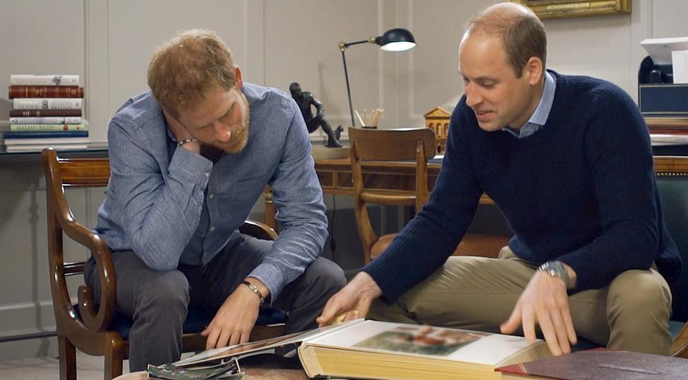 Prinz Harry und Prinz William blättern in alten Fotoalben