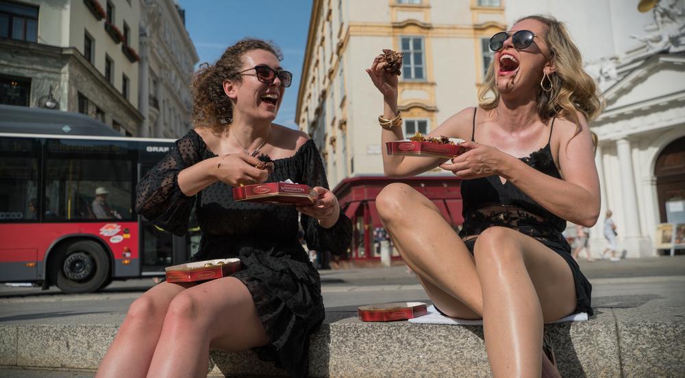 Auch in Wien beim Mozartkugel-Verzehr haben die beiden ihren Spaß