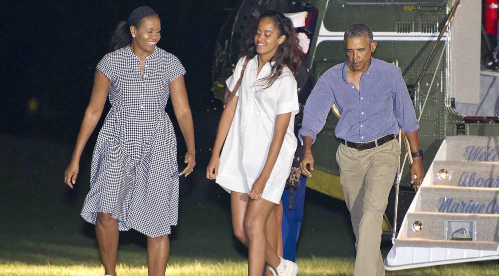 Malia (m.) und ihre Eltern Michelle (l.) und Barack Obama einst auf dem Rasen des Weißen Hauses