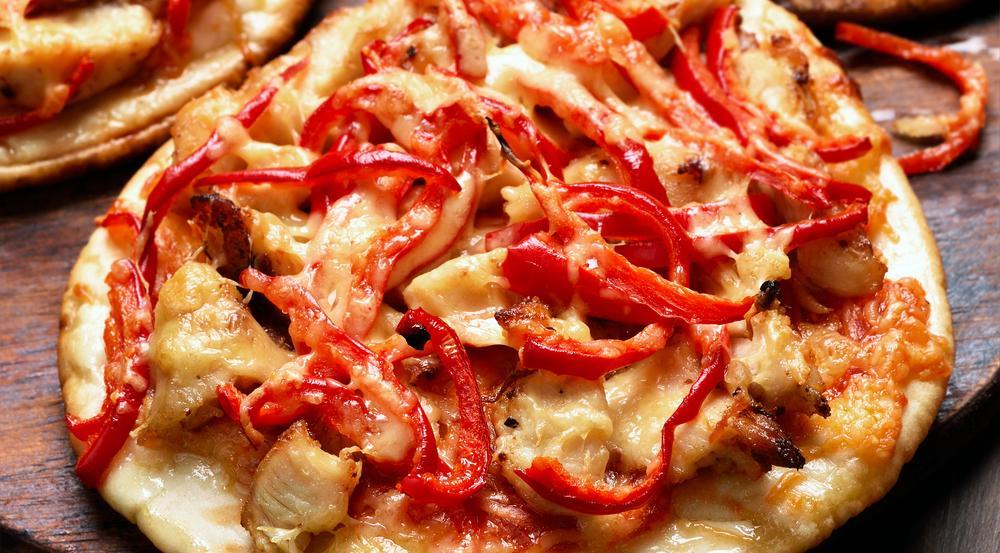 Beim Belegen der Naan-Pizza sind der Fantasie keine Grenzen gesetzt