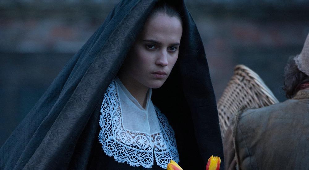 Sophia (Alicia Vikander) bringt wertvolle Tulpen zum Maler