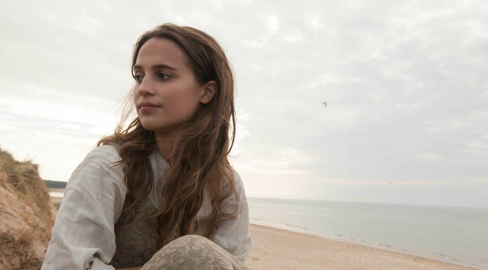 Sophia (Alicia Vikander) ist wehmütig am Strand