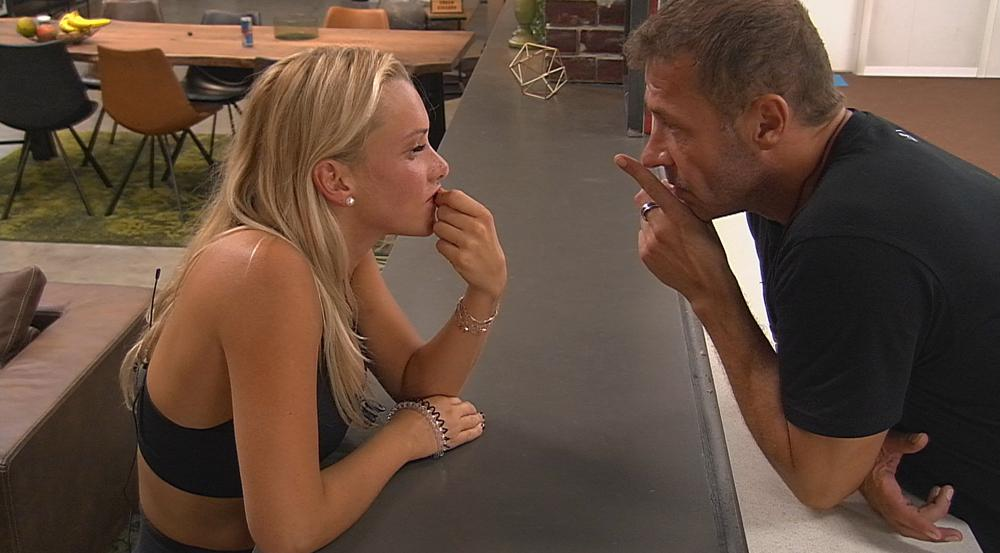 Willi hat kurz vor dem Auszug noch letzte Tipps für Freundin Evelyn