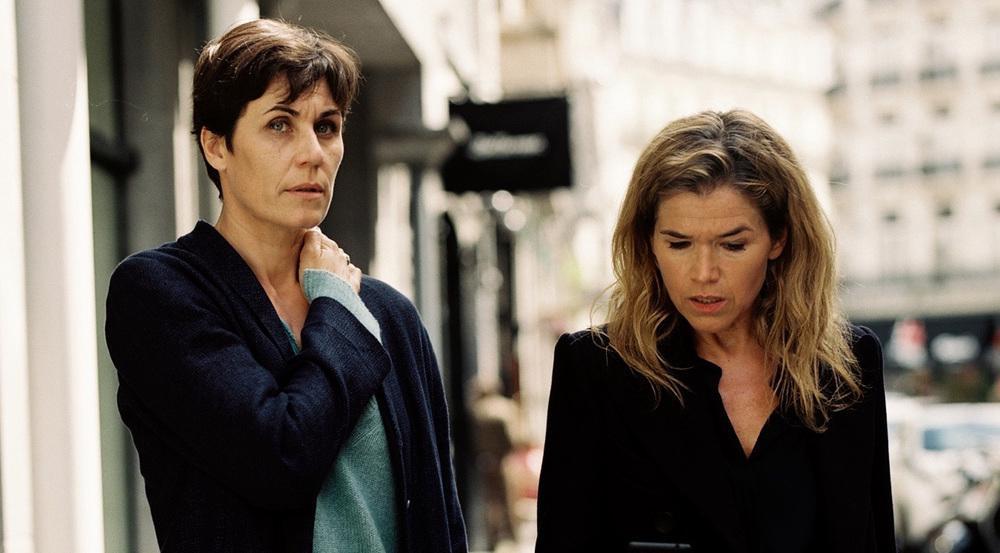 """""""Tödliche Geheimnisse"""": Chefredakteurin Karin Berger (Anke Engelke, r.) trifft sich mit Reporterin Rommy Kirchhoff (Nina Kunzendorf) in Brüssel"""