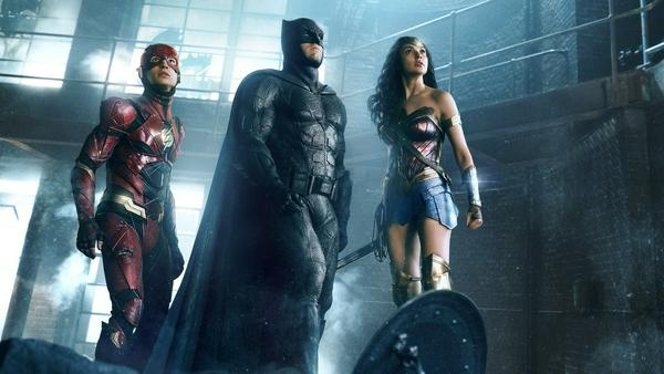 "Ezra Miller als The Flash, Ben Affleck als Batman and Gal Gadot als Wonder Woman in ""Justice League"""