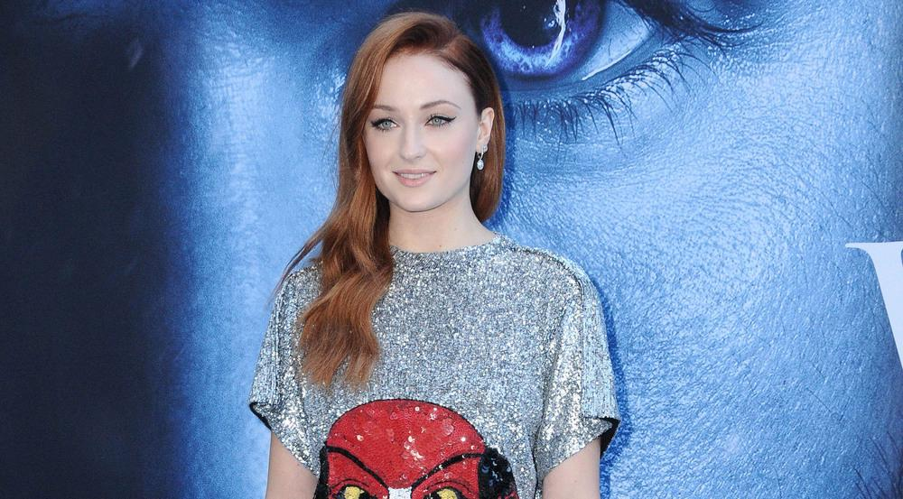 Schauspielerin Sophie Turner glänzte am Premieren-Abend in ihrem silbernen Pailletten-Kleid
