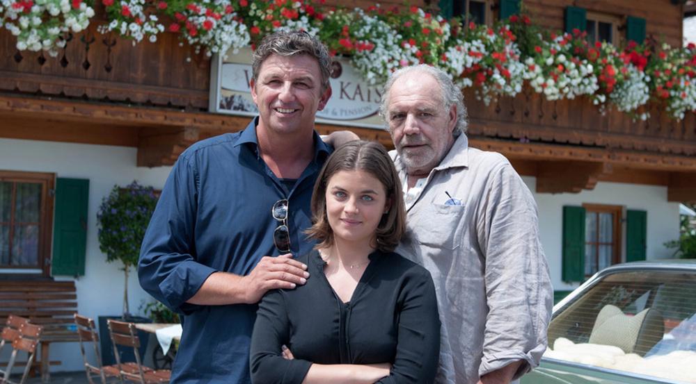 Christian Kohlund (r.) wird als Onkel Ludwig Gruber neben Hans Sigl (Dr. Martin Gruber) und Ronja Forcher (Lilli Gruber) zu sehen sein