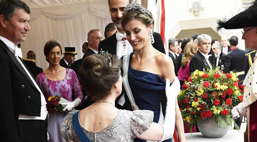 Prinzessin Anne empfängt Königin Letizia mit einem Knicks