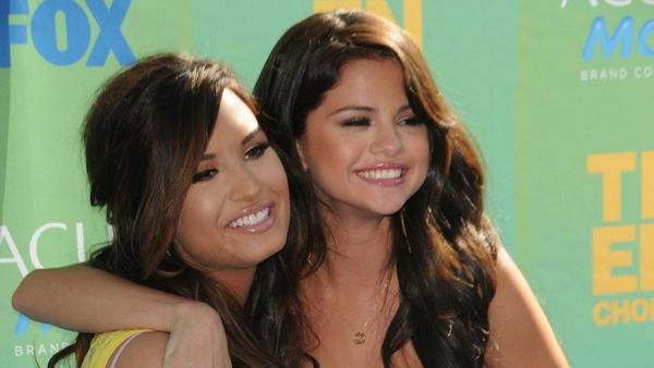 Demi Lovato und Selena Gomez bei den Teen Choice Awards im Jahr 2011