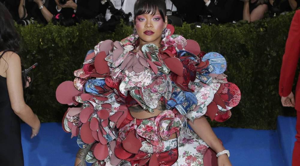 Die Met Gala stand unter dem Motto der Mode von Designerin Rei Kawakubo und ihrem Label Comme des Garçons. Rihanna macht es vor