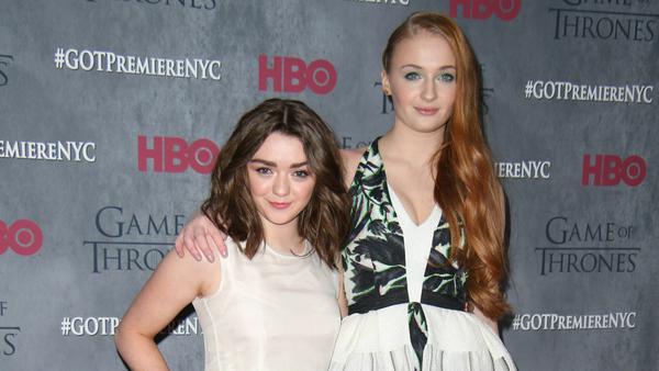 """Sophie Turner (r.) und Maisie Williams lernten sich durch """"Game of Thrones"""" kennen"""