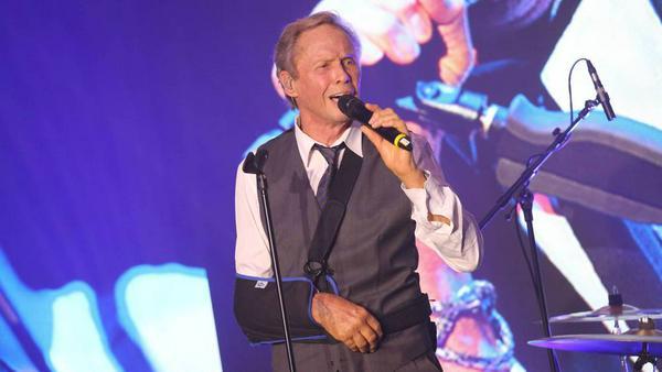 Peter Kraus stand erstmals nach seinem Unfall wieder auf einer Bühne