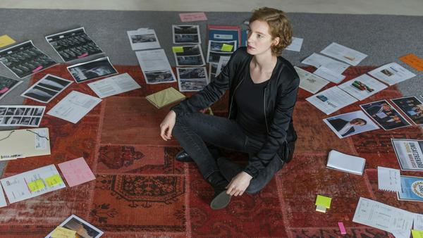 Linda Selb vom BKA (Luise Wolfram) sammelt Informationen über Maria Voss