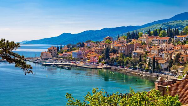 Volosko ist ein Fischerdorf an der Kvarner Bucht in Kroatien und gehört heute zum touristischen Bereich von Opatija. Gerade in der Nebensaison ist die Kvarner Bucht perfekt, um dem trüben Herbst zu entkommen