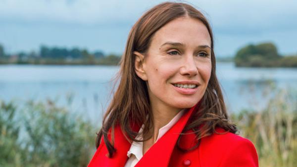 """Der heimliche Star des neuen """"Tatorts"""": Maria Voss, die Frau in Rot (Nadeshda Brennicke)"""