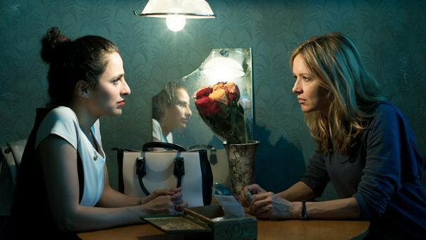 """""""Der 7. Tag"""": Die Freundin Rita (Sesede Terziyan, l.) hat offensichtlich den verschwundenen Michael (Steve Windolf) gesehen. Sybille Thalheim (Stefanie Stappenbeck) ist fassungslos"""