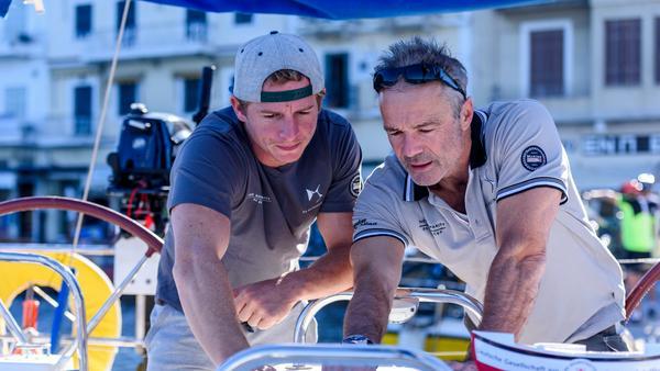 Die Schauspieler Daniel Rösner (l.) und Hannes Jaenicke verbinden beim Charity-Segeln das Angenehme mit dem guten Zweck