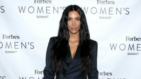 Kim Kardashian sollte in manchen Situationen die Finger vom Smartphone lassen