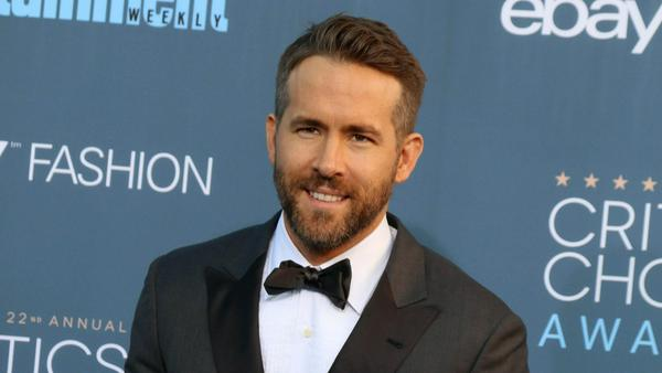 Ganz schön mutig: Ohne zu zögern macht Ryan Reynolds einen Rückwärtssalto