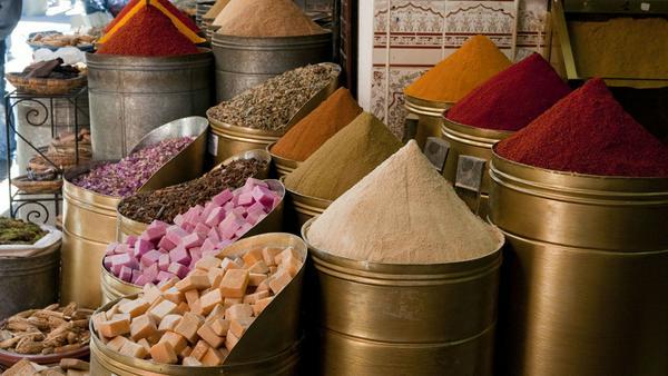 Ein Gewürzstand in den Souks von Marrakesch