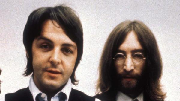 Paul McCartney (li.) und John Lennon schrieben zusammen Musikgeschichte - noch heute bedenkt McCartney seinen Kollegen mit Geburtstagsgrüßen