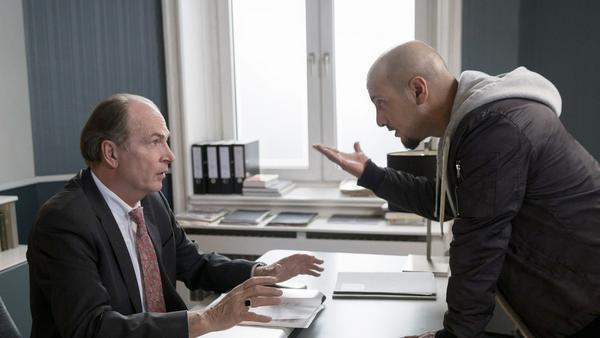 """""""Die Kanzlei: Neustart"""": Anwalt Markus Gellert (Herbert Knaup, l.) vertritt den Rapper Dogan Özdil (Alpa Gun)"""