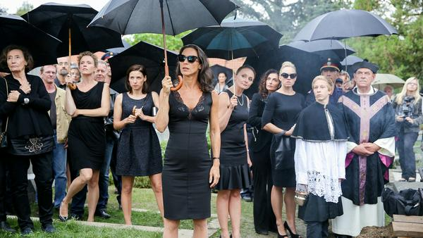 Große Polizeiaktion: Die fünf Heldinnen, besagte Vorstadtweiber, werden bei einer Beerdigung verhaftet
