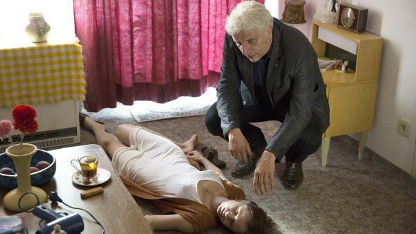 """""""Tatort: Mia san jetz da wo's weh tut"""": Kommissar Leitmayr (Udo Wachtveitl) findet Maria Dragomir (Sophie Rogall) tot in ihrer Wohnung auf"""