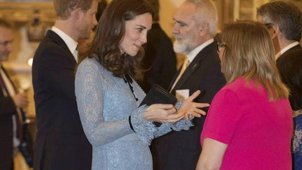 Die schwangere Herzogin Kate bei einem Empfang im Buckingham Palast