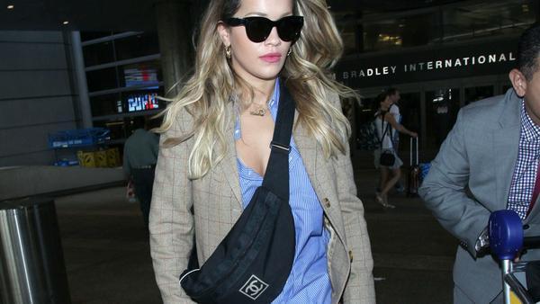 Voll im Trend: Rita Ora trägt eine Bauchtasche von Chanel