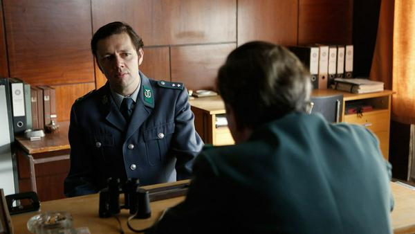 Günther Ernst (Christian Friedel, l.) wird von seinem Vorgesetzten Genosse Senkpiel (Roland Florstedt) ins Gewissen geredet: Sein Sohn pflegt den falschen Umgang