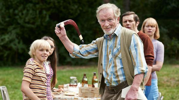Kaczmarek (Hermann Beyer) zeigt Fred seiner Familie den Bumerang: Wird das Wunderding aus Australien wirklich wieder zurückkommen?