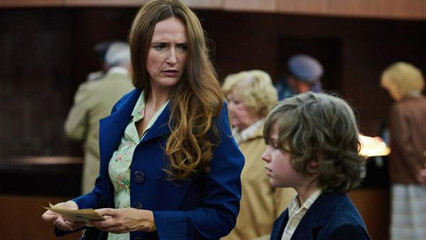 Olivia Gramowski (Deborah Kaufmann) und ihr Sohn Jonas kurz vor der Ausreise in die Bundesrepublik Deutschland