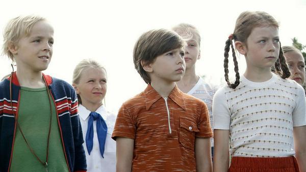 Fred (l.) mit Carola (Gwendolyn Göbel, r.) bei den Jungen Pionieren